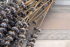Manojos secados de la lavanda en la tabla de madera Imágenes de archivo libres de regalías