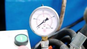 Manomètre avec la flèche sur l'équipement industriel  Mètres de pression dans l'atelier banque de vidéos