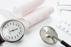 Manomètre, cardiogramme et stéthoscope médicaux Photo stock