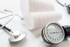 Manomètre, cardiogramme et stéthoscope médicaux Photos libres de droits