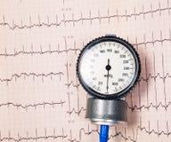 Manomètre de tension artérielle sur EKG Images stock