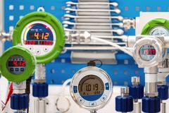 Manomètres électroniques Instruments modernes pour la pression de mesure Images stock