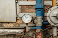 Manometer angeschlossen an Rohre Stockfoto