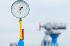 Manometer auf der Tankstelle Stockfoto