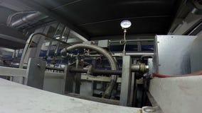 Manometer auf einer industriellen Maschine an einer Fabrik stock video