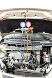 Manometer benutzt, um Klimaanlagendruck im Selbst-vehicl abzumessen Lizenzfreies Stockfoto