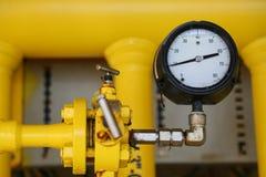 Manometer im Öl- und Gasproduktionsverfahren für Monitor bedingen, das Messgerät für Maß im Industriejob, Industriehintergrund stockfoto