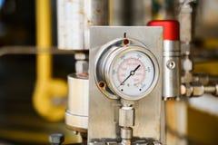 Manometer im Öl- und Gasproduktionsverfahren für Monitor bedingen, das Messgerät für Maß im Industriejob, Industriehintergrund Lizenzfreie Stockfotografie