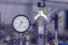 Manometer im Kernlabor, industrielles Blau getont Stockbild