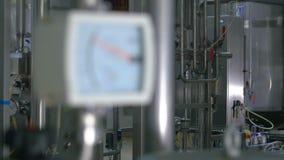 Manometer innerhalb der Raffinerie Transportwagenschuß stock video