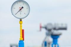 Manometer op het benzinestation Stock Foto