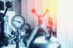 Manometer på stålbehållare i den moderna bryggerifabriken, tonad abstrakt industriell bakgrund Arkivbilder