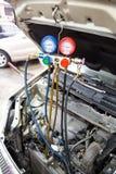 Manometer wordt gebruikt om airconditioningsdruk in autovehicl te meten die royalty-vrije stock foto