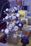 Manometerpanel i det kärn- laboratoriumet, tonad industriell blått Arkivfoto