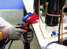 Manometersmeetapparatuur om airconditioners te vullen stock fotografie