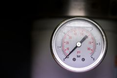 Manometerturbo-Druckmessermessgerät in der RohrRaffinerie Stockfotografie