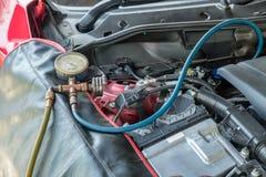 Manometrar laddar upp kylmedelpåfyllningskylmedlet till systemmotorn ca Arkivfoto
