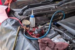 Manometrar laddar upp kylmedelpåfyllningskylmedlet till systemmotorn ca Royaltyfria Foton