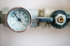 Manometro per il regolamento della temperatura dell'acqua nel sistema di riscaldamento fotografia stock