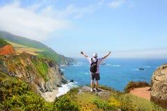 Manon che fa un'escursione viaggio che gode di belle montagne di estate, paesaggio costiero, Fotografia Stock Libera da Diritti