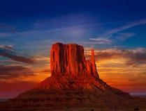 Manopla del oeste del valle del monumento en el cielo de la puesta del sol Fotografía de archivo libre de regalías