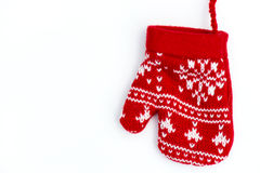 Manopla hecha punto rojo de la Navidad con motivos del copo de nieve Imagenes de archivo