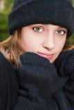 Manoplas, bufanda y sombrero adolescentes jóvenes del invierno que llevan Fotografía de archivo libre de regalías