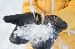 Manoplas de cuero calientes para el tiempo frío del invierno imágenes de archivo libres de regalías