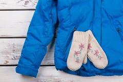 Manoplas hechas punto hechas a mano en la chaqueta Imagen de archivo libre de regalías