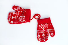 Manoplas hechas punto rojo de la Navidad con motivos del copo de nieve Fotos de archivo libres de regalías
