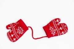 Manoplas hechas punto rojo de la Navidad con motivos del copo de nieve Imagen de archivo libre de regalías