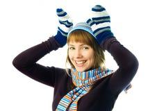 Manoplas que desgastan de la muchacha juguetona, sombrero caliente y bufanda Foto de archivo libre de regalías