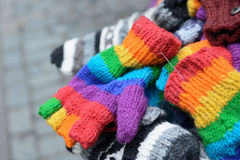 Manoplas y guantes hechos punto Imagenes de archivo