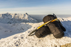 Manoplas y hacha de hielo en el Tatras Foto de archivo libre de regalías