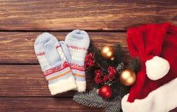 Manoplas y regalos de la Navidad Imagen de archivo libre de regalías