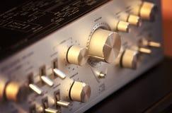 Manopola brillante del controllo del volume del metallo dell'amplificatore stereo d'annata Fotografia Stock Libera da Diritti