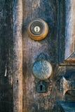 Manopola d'annata della vecchia porta di legno rustica Immagini Stock Libere da Diritti