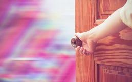 Manopola della porta aperta della mano delle donne o aprire la porta fotografie stock