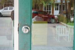Manopola di porta alla struttura di legno di entrata di verde di vetro della porta Immagine Stock Libera da Diritti