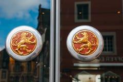 Manopola di porta d'annata con i leoni dorati Fotografia Stock