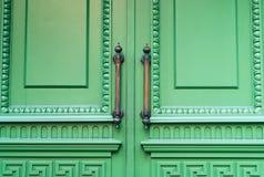 Manopola di porta d'annata del ferro con l'ornamento su fondo pastello verde, concetto degli oggetti antichi, luce naturale, spaz fotografia stock libera da diritti