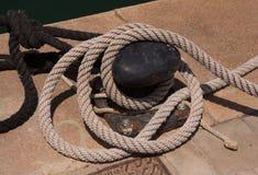 Manopola e corde arrugginite del piatto di attracco Fotografia Stock