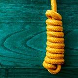 Manopola gialla della corda su fondo di legno Fotografia Stock