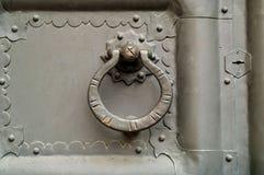Manopola rotonda d'annata sui precedenti della porta del metallo Fine in su fotografie stock libere da diritti