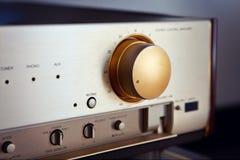 Manopola stereo d'annata del volume dell'amplificatore audio Fotografia Stock