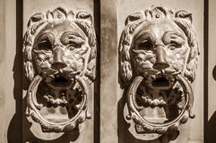 Manopole di porta due leoni che proteggono l'entrata Fotografie Stock