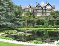 Manor en vijver bij Tuin Bodnant Royalty-vrije Stock Foto