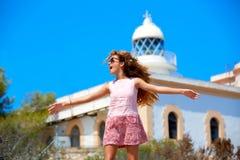 Manos abiertas de la muchacha rubia en faro mediterráneo Imagen de archivo libre de regalías