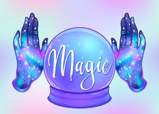 Manos abiertas mágicas de Crystal Ball y de la hembra con la galaxia dentro Cre Foto de archivo