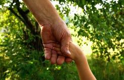 Manos abuelo y nieto Fotografía de archivo libre de regalías
